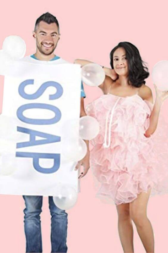 This soap loofah bubbles costume is a very creative idea to take on a Halloween party, which looks impressive and laughable.