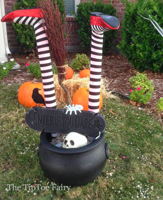 Halloween outdoor decorations: it's a witch crashing!